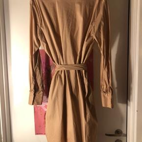 Helt ny ubrugt skjorte kjole med knapper og bælte, str 42 Sælges ubrugt da den desværre er for stor til mig  Flot lys nougat farve