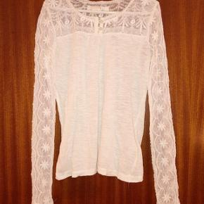 H&M hvid bluse m blondeærmer  str 134-140 cm 8-10 år.