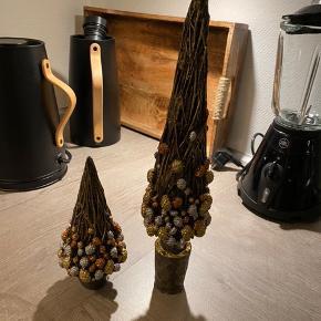 2 smukke juletræer. Købt på Kronborg på julemarked til 399.