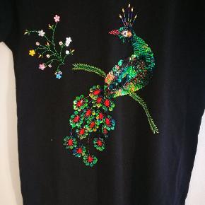 Tshirt med påfugl i pallietter og perler