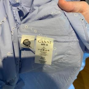 Sælger denne Ganni kjole, da jeg ikke får den brugt. Den er maks brugt 3 gange og her derfor ingen pletter eller fejl på stoffet. Kjolen er blevet syet ind i taljen, så giver mere talje til en str. 36/38. Ny pris 1.800kr Køber betaler selv fragt.