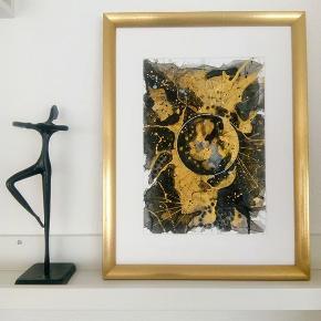 Original abstrakt sort/guld maleri, malet på A4 yupo papir. Kan vendes både lodret og vandret. Maleriet er malet med akryl, alkohol ink og tegnet med posca tusser. Yupo papir er et syntetisk papir, med silkematte overflader, lavet af polypropylene. Papiret har en helt glat overflade og er syrefrit. Størrelse 30x40cm med ramme  24x30cm uden ramme
