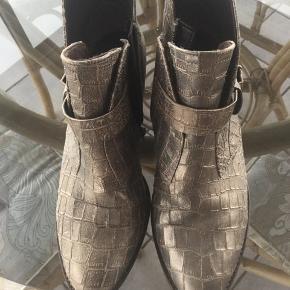 Smarte og anderledes forårs, efterårsstøvler uden foer i em flot bronzeagtig farve kun brugt 3 gange