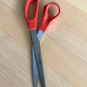 Fin Fiskars saks til venstrehåndet, sælges billigt. Næsten helt ny, np 125 kr