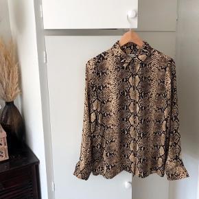 Fin bluse med knapper fra bund og op til kraven <3  Yderligere: dyreprint, beige/lysebrun, sort