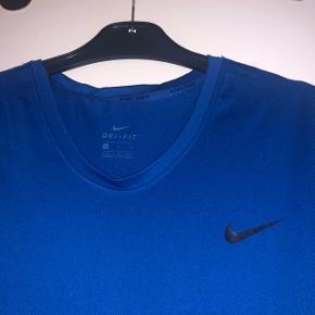 Nike Pro dri-fit blå trænings t-shirt i str. L (brugt som loose fit til str M)