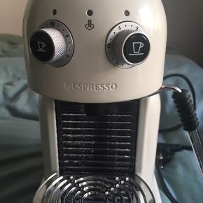 Nespresso Type Maestria (Maestro) espresso/kaffe maskine. Farve: Creme  Made in Schwitzerland.  Maskinen er ny, dvs. aldrig brugt. Sælges for min mor.   Mvh Betina Thy Dich