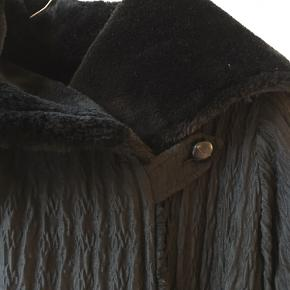 Lækreste frakke/jakke i oversize pasform med blødt teddyfor og bindebånd. Kan passes af mange grundetpasformen, men er vidst en str L.