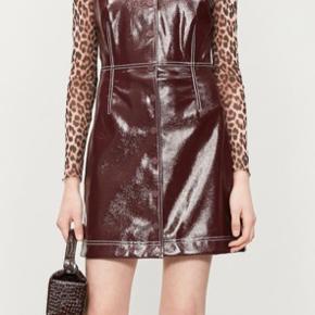 Smuk kjole i imiteret skind i rød-brun farve. Lille i str. Bytter ikke.