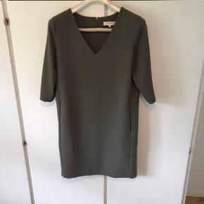 Kjole/tunika fra Selected i støvet armygrøn farve, med lommer, lynlås bagpå og 3/4 lange ærmer. Kun brugt 1 gang.
