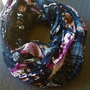 Brand: Husker ikke Varetype: Super flot tube tørklæde Størrelse: Alm. Farve: Sort med lyng mm  Super flot tube tørklæde. Perfekt til foråret.  Sort med kontrast i lyng mm.
