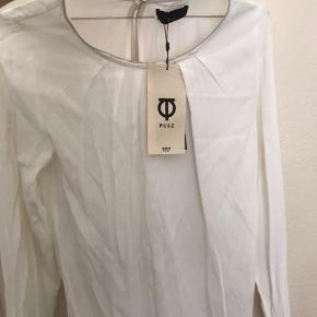 Fin ny bluse fra Pulz.  Stadig med prismærke.  Skal lige stryges.  Nypris 399kr Sælges for 100kr