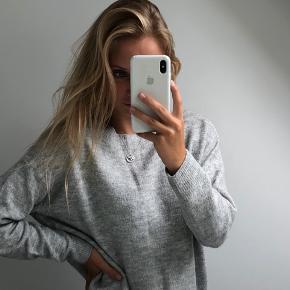 Lysegrå sweater fra h&m✨ Størrelsen passer fint, ingen tegn på slid:D