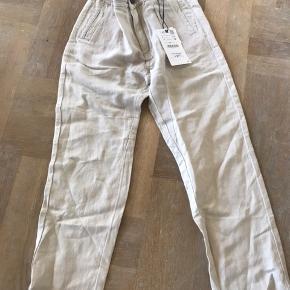 Helt nye bukser købt for små og i Berlin derfor kan de ikke byttes.