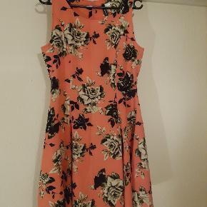 Kjole fra H&M, str 42, lille i str, nærmere en 40. Brugt meget lidt