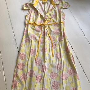 Fin sommer kjole med flotte finesser. Str. S (2)
