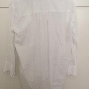 Oversized skjorte fra Etc Etc Copenhagen. Lidt længere bagtil. En lomme på brystet, smalle ærmer.  Aldrig brugt. Bytter ikke. Kan sende med DAO, køber betaler fragt. #30dayssellout