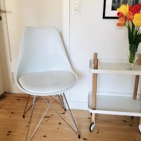 Fin spisebordstol fra IDE møbler. Brugt som skrivebordstol, fejler intet. Man sidder rigtig godt i den.