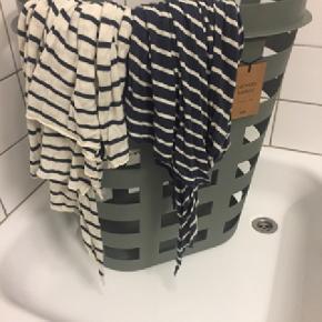 To bomuldstørklæder sælges. Kan enten sælges samlet eller hver for sig. Mærket og nypris erindres ikke.Måler 250 cm x 65 cm  Kom med et bud.