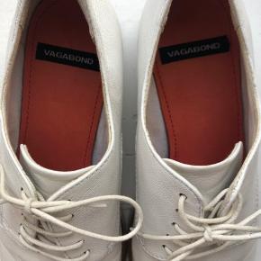 Super flotte og klassiske sko fra Vagabond i str. 37 👟 Brugt få gange, da de desværre er for smalle til mine mærkelige fødder, og har derfor også små brugstegn, som vist på billederne 🌸