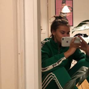 Grøn sweatshirt med lynlås fra Urban Outfitters