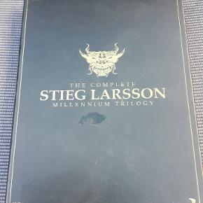 Den komplette triologi af Stieg Larsson: - Mænd der hader kvinder  - Pigen der legede med ilden - Luftkastellet der blev sprængt
