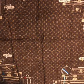 Sælger dette silke tørklæde, da jeg ikke får det brugt   Square 90 X 90 Aldrig brugt, fremstår som ny.  Original kasse og pose medfølger, kvittering kan fremvises ( fås med ) Købet i LV butikken i København