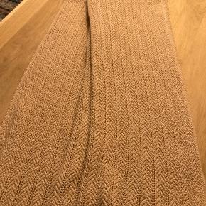 Hollie plaid 130 x 160 i brush (beige/svag rosa) kun brugt kort tid.