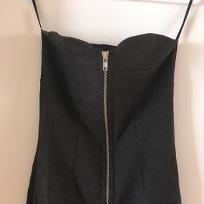 Stropløs tætsiddende kjole fra H&M. Str. 36. Brugt 2 gange.