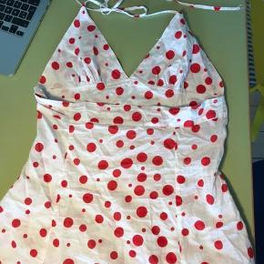 Rød og hvid top med åben ryg, bindes i nakken