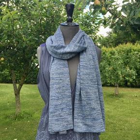 Lækkert strik tørklæde med smuk lurex effekt . Mål: 55 x 190 cm Materiale : bomuld/hør/polyester blanding med lurex Cardiganen har jeg også til salg på shoppen!