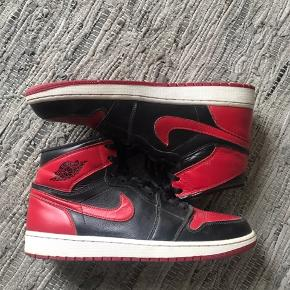 Skoen fejer ingenting. Jeg har gået med dem få gange og sælger, da de er for små. De fitter 44-46