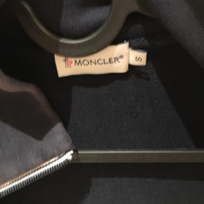 Moncler track jacket  Cond 7  Mp ingen ide men byd BYD gerne