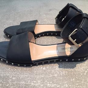 Valentino rockstud sandal med ankelrem. Købt hos Valentino Firenze.  Æske, dustbag og kvittering medfølger.  Nypris 4850,-  Brugstegn under på sålen og spidserne.  Læder og nitter er intakte.