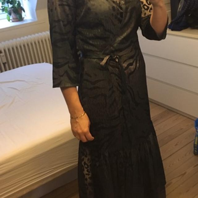 Flot kjole i sort fra Gestuz med et lille ærme. Kjolen har