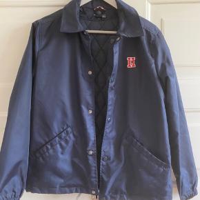Fin jakke i nylon med aftagelig vest indeni. Længde 62 cm. Brystvidde 52*2 cm. Fejler intet.