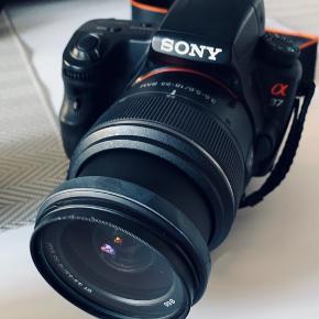 - Sony a (alpha) SLT-A37K spejlreflekskamera - Sony DT 55-200 mm F4-5,6 SAM II ekstra objektiv - Velbon EX-530 tripod - Taske til kamera, ekstra objektiv, oplader samt div. ledninger mm.   Alt fremstår uden fejl - sælges kun, da jeg får det brugt alt for lidt. Der kan sendes flere billeder samt specifikationer. Kvittering haves. Sælges kun samlet! Kan afhentes i Odense. Bud er velkomne :-)