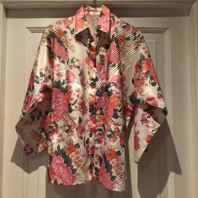Smuk blomstret skjorte i det fineste blomstrede silke stof. Str M  Brugt få gange og er i super stand!  Ekstra knap sidder på indersiden af skjorten.  Se også alle mine andre annoncer:)