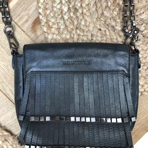 """Sælger denne lækre taske fra Karl Lagerfeld. Den ene af """"hankene"""" er gået i stykker (se kæde i højre side) men tasken fungerer stadig som den skal."""