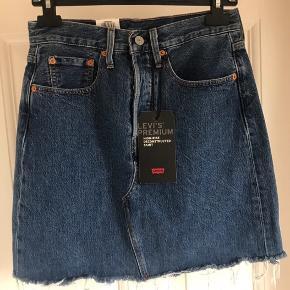 Ny Levis nederdel, som jeg desværre ikke får brugt.  Levis str. 27  - skriv gerne, hvis du har spørgsmål :)