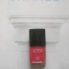"""Varetype: CHANEL 209 Marilyn Størrelse: oz Farve: Marilyn  Smuk farve fra Chanel. Næsten som ny. Næsten helt fyldt. Kanten går mellem """"LE VERNIS"""" og """"Nail Colour"""". Toplåget medfølger men æsken medfølger ikke. Toplåg er lettere beskadiget og sidder derfor lidt løsere end normalt."""