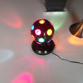 Discolampe / discokugle med farvet lys Den er mange år gammel, men virker perfekt Mærke: Top toy