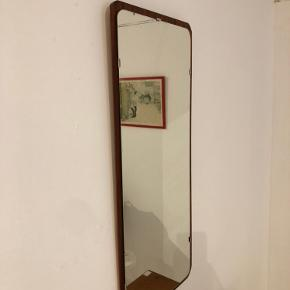 Virkelig skønt og flot 60'er spejl i teak. Spejlet er meget flot og uden anmærkninger. Længde 85cm  Bredde 38cm