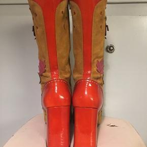 Prada ruskindsstøvler med rødt lak, insekter og blade. 1999. Fremstår med mørke brugsspor på ruskind flere steder.  Selvom se er str 40,5, så passer de mere en størrelse 41. Hælhøjde 10cm.