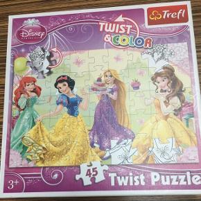 Puslespil med Disney prinsesser. 45 brikker. Afh i 6710