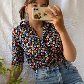 Sort vintage skjorte med prikker i mange farver. Den er i god stand og kvalitet. Passes af en størrelse S/M. Ses på en størrelse S på billederne.  Se også mine andre annoncer, jeg giver mængderabat🧚🏼♀️✨  Søgeord: vintage, retro, genbrug  #Secondchancesummer