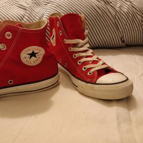 Super fede røde Converse.   De er kun brugt et par gange og er derfor i super god stand.   Der er lidt mærker men de er meget fine.   Hælene er intakte.  Hvis du er interesseret i flere af mine ting, så skriv en besked og så finder vi en god løsning.