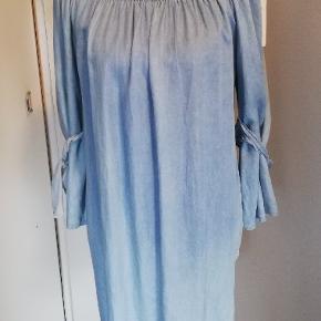 Helt ny flot kjole fra Jenny&Co. Det andet billede er bare et forslag🌸blomst bæltet sælges separat for 50 kr hvis man har interesse.