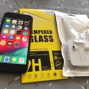 IPhone 7. 128 GB . Fejler ingenting, sælges kun pga køb af iPhone i plus udgaven.  Telefonen fremstår som ny. Udover på bagsiden har den lidt lommeridser , men intet af betydning, der medfølger helt nyt panzer glas, nyt headset . Udover følger der æske, oplader og covers med til .