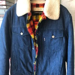 Super fed jakke købt i Strøm i Hellerup- brugt få gange.  Nypris : 3400 kr